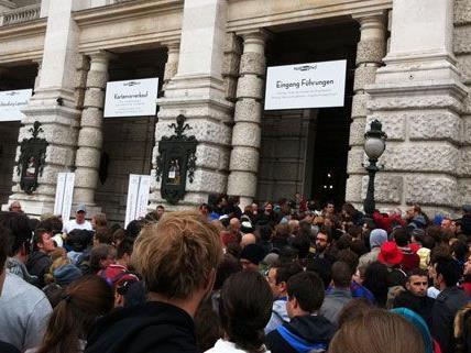 Gedränge vor dem Wiener Burgtheater: Sie alle wollen Karten für die Toten Hosen.