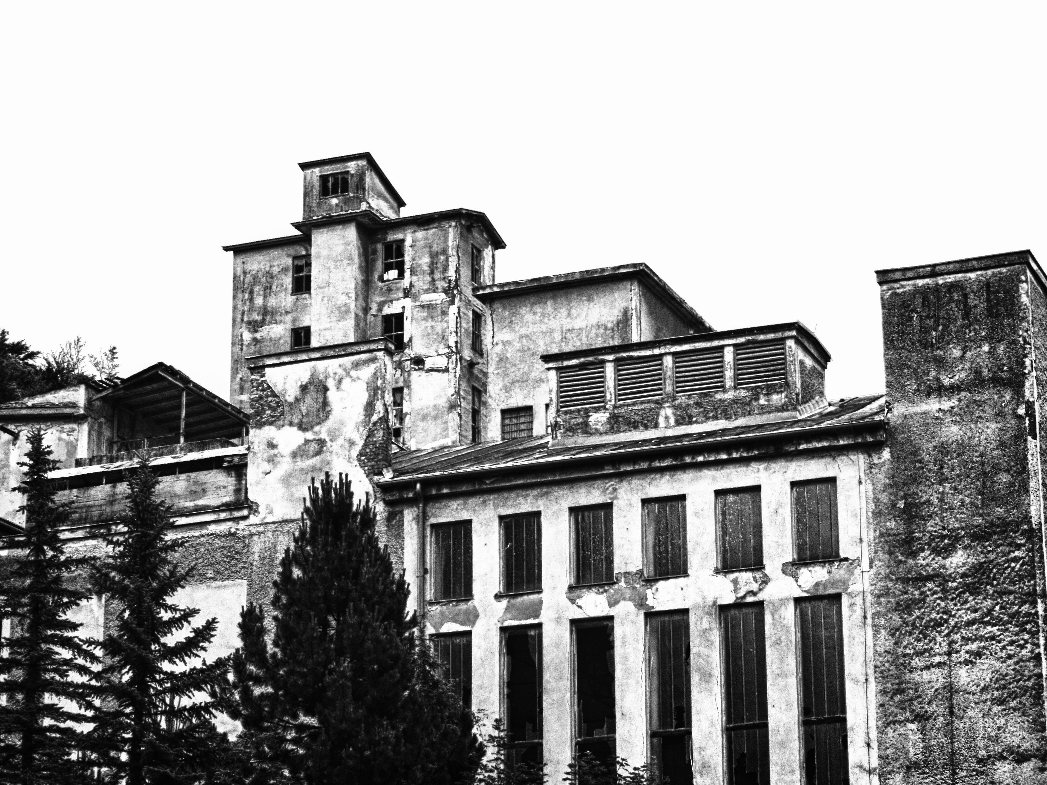 Die ehemalige Perlmooser Zementfabrik Rodaun steht wie ein Granitblock im Tal