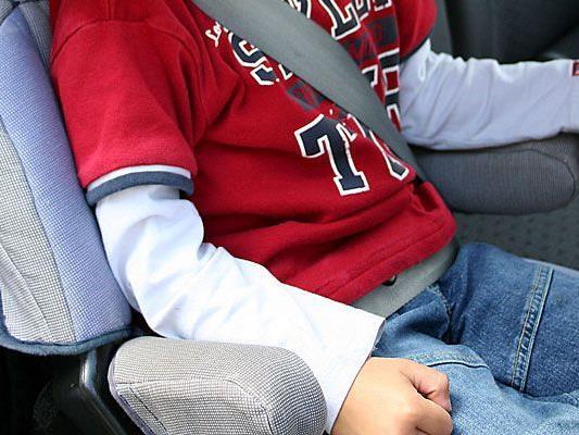 Weil einer Wienerin die Tür zufiel, war ihr kleiner Sohn im heißen Auto gefangen