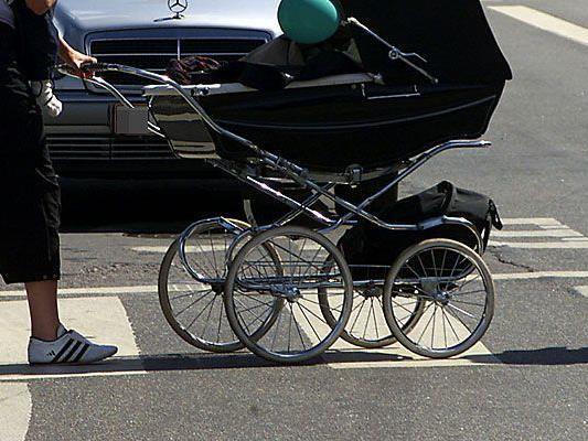 Auf einem Schutzweg in Baden wurde ein Kleinkind im Kinderwagen verletzt