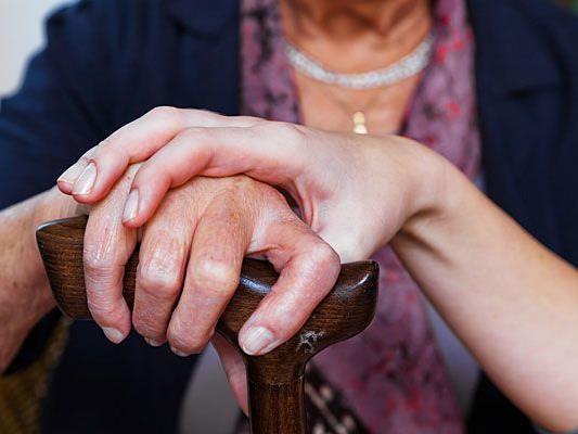 Mit einem hinterlistigen Trick wurde eine Pensionistin in Floridsdorf beraubt