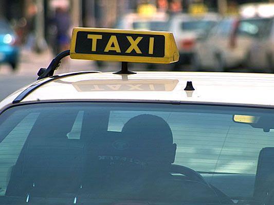 Ein Taxlenker wurde in Schwadorf in seinem eigenen Fahrzeug attackiert