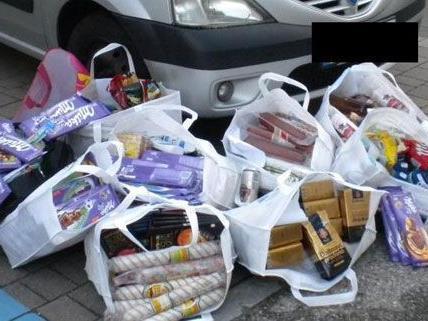 Nach der Verhaftung der beiden Ladendiebe im Bezirk Wien-Umgebung wurden zehn Sackerln mit Diebesgut sichergestellt.