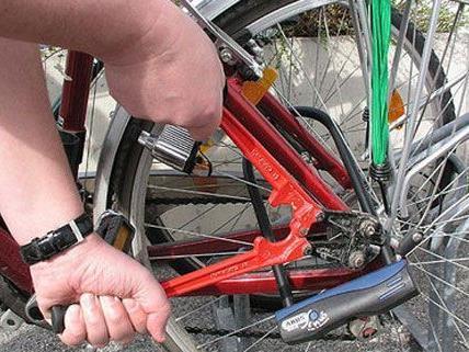 Mit einem Bolzenschneider wollten die drei Männer die Schlösser der Fahrräder aufbrechen.