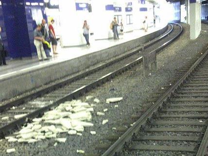 Leserreporter Thomas S. entdeckte am Bahnhof Wien-Landstraße Trümmer auf den Schienen.