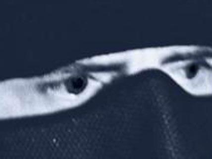 Maskiert und mit einem aufgespannten Regenschirm vor dem Gesicht betrat der Täter die Tankstelle.