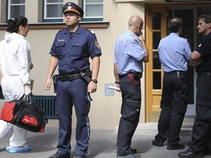 Eines der am Freitag aufgefundenen Opfer wurde bereits obduziert, heißt es am Sonntag von der Polizei.