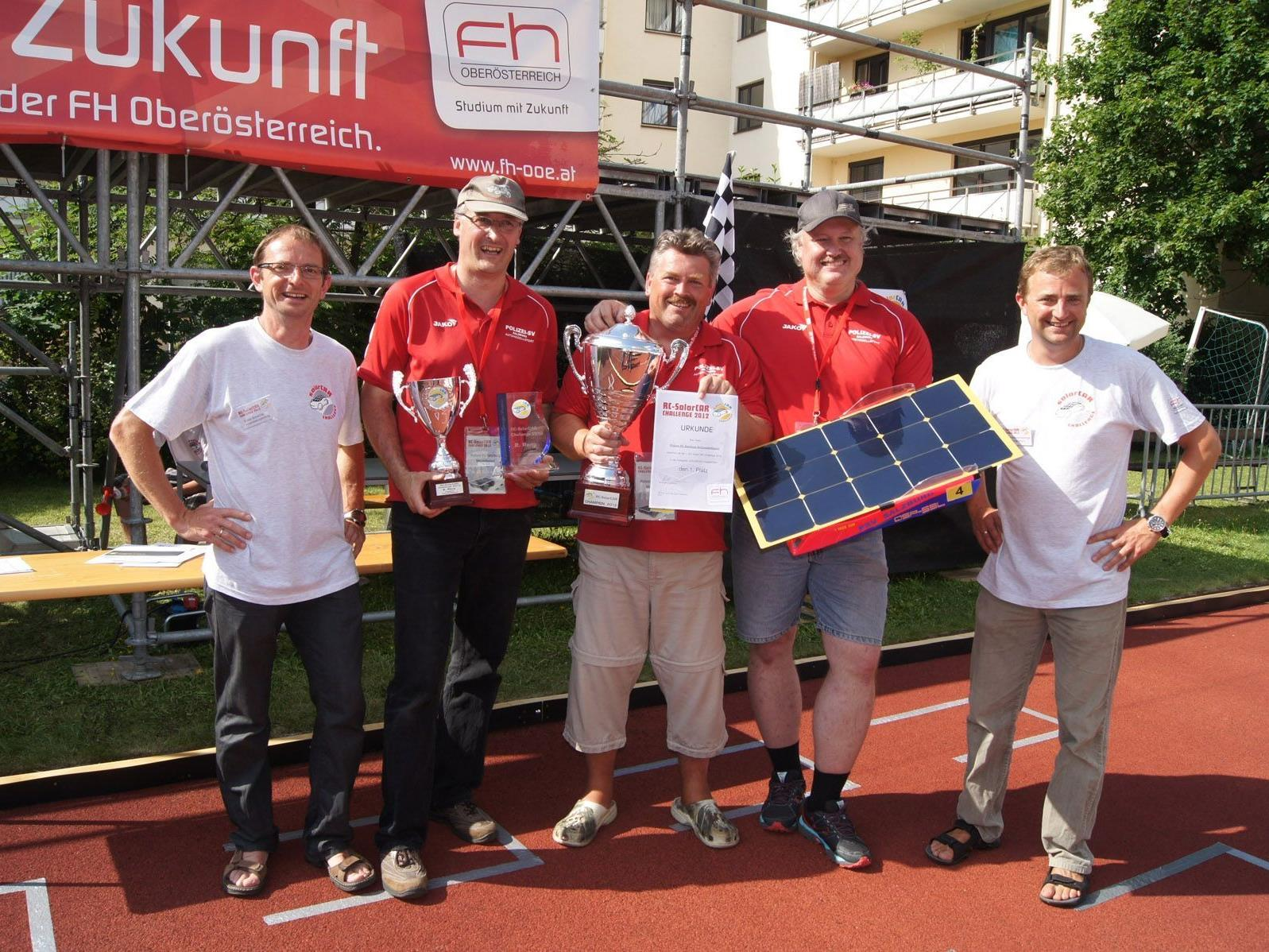 Die ersten Solarcar Champions: Das Team Polizei SV Salzburg mit Teamleiter Peter Siller und den Veranstaltern Ing. Erwin Eisschiel (li) und Ing. Helmut Hüttmannsberger .