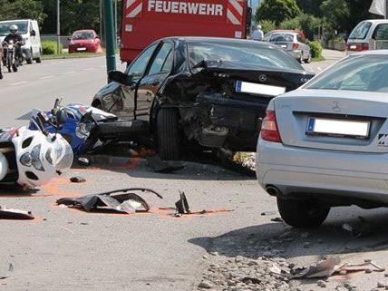 Warum der Lenker am Dienstag von der Fahrbahn abkam und in die parkenden Autos raste, ist noch nicht geklärt.