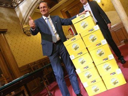 Am Dienstag überreichte die ÖVP die Unterschriften, die sie gegen das Parkpickerl gesammelt hat.