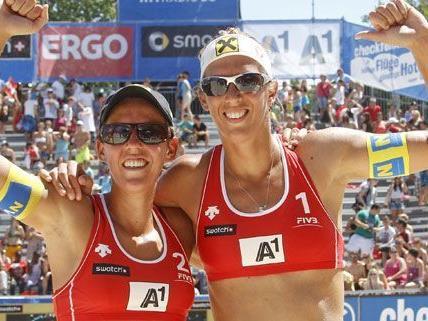Beach-Volleyball Grand Slam 2012 in Klagenfurt: Doris (l.) und Stefanie Schwaiger (AUT) nach ihrem Qualifikationsspiel