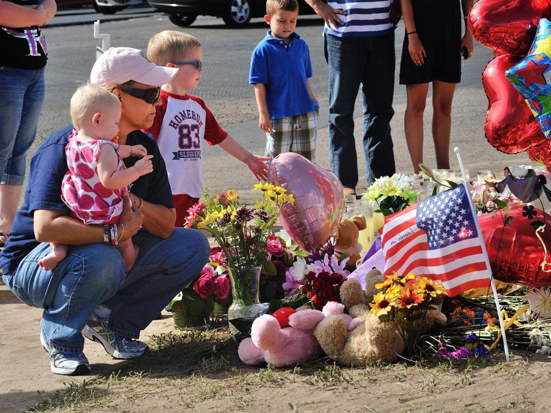 Die Menschen in Aurora in Colorado trauern um die 12 Opfer von James Holmes.