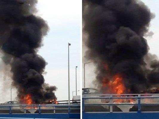 Auf der A23 fing ein Klein-Lkw Feuer - unser Leserreporter war vor Ort