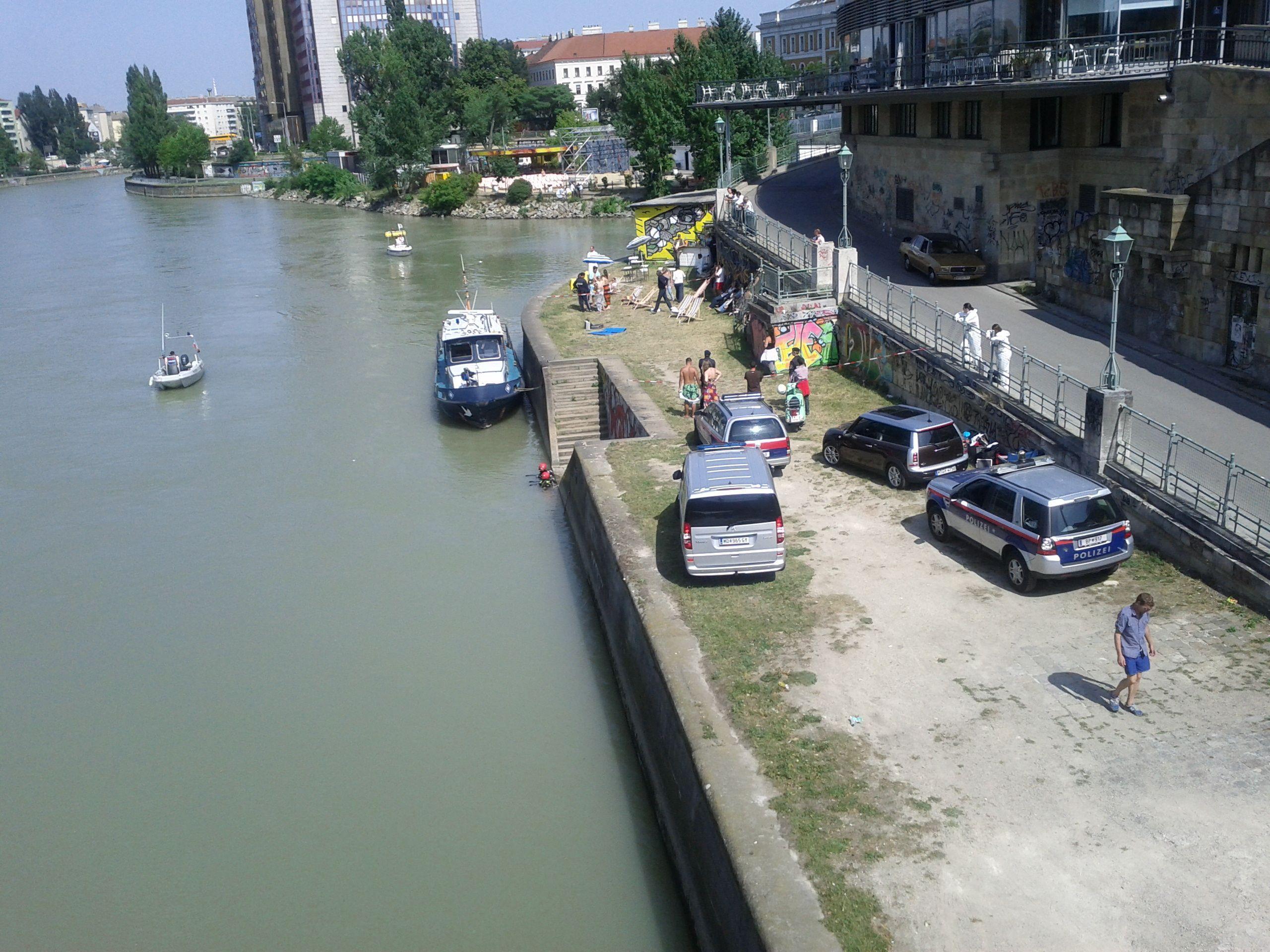 Geheimnisvoller Einsatz am Donaukanal: Deutlich zu sehen die Spurensicherung (rechts) und die Taucher (linksim Wasser)