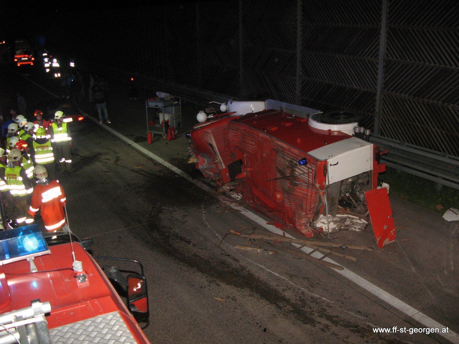 Bei dem Unfall wurde der Lenker des Feuerwehr-Oldtimers leicht verletzt. Alle anderen Beteiligten blieben unverletzt.