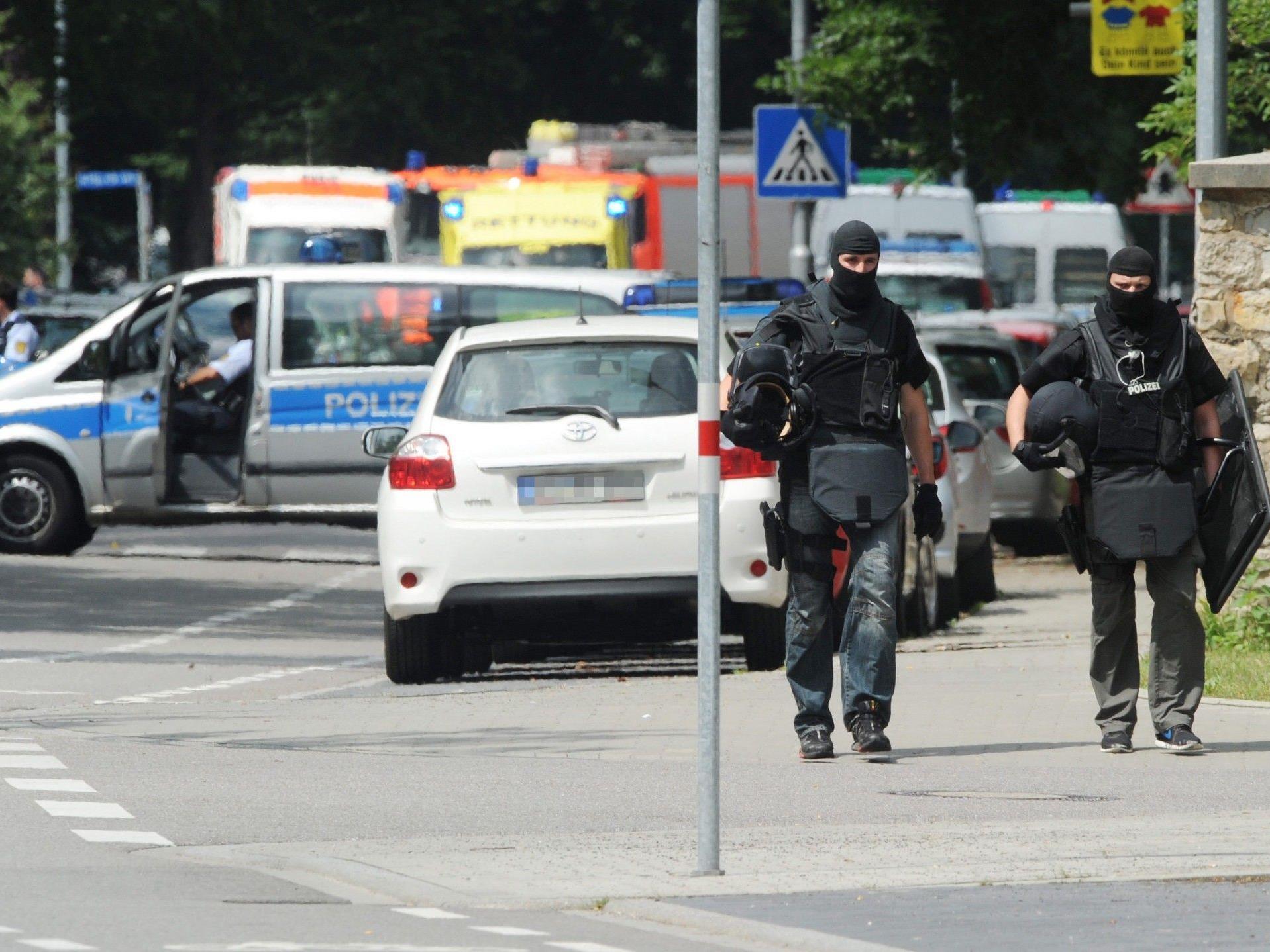 Polizeikräfte im Einsatz bei der Geiselnahme in Karlsruhe.