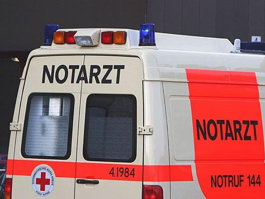 Das Opfer des Badeunfalls in Mödling wurde mit dem Notarztwagen abgeholt