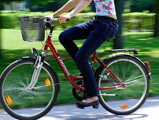 Eine junge Radfahrerin kam in Landstraße zu Sturz
