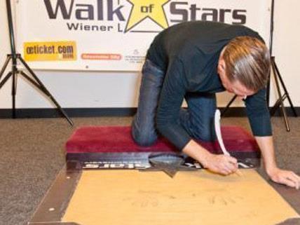 Bryan Adams beim Anfertigen seiner Walk of Stars Platte.