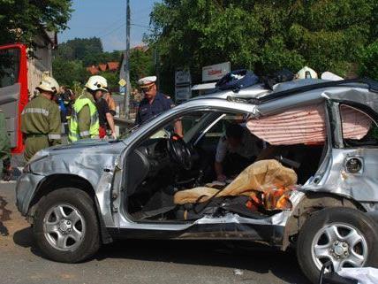 Am Mittwochnachmittag ereignete sich in Puchberg der schwere Unfall, bei dem ein Pkw von einem Zug erfasst wurde.