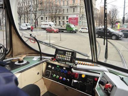 Trotz Notbremsung wurde der Pensionist von der Straßenbahn angefahren und schwer verletzt.