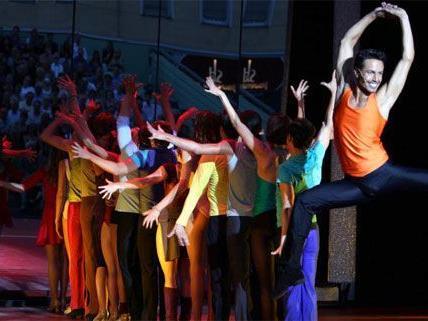 """Farbenfrohe Inszinierung von """"A Chorus Line""""."""