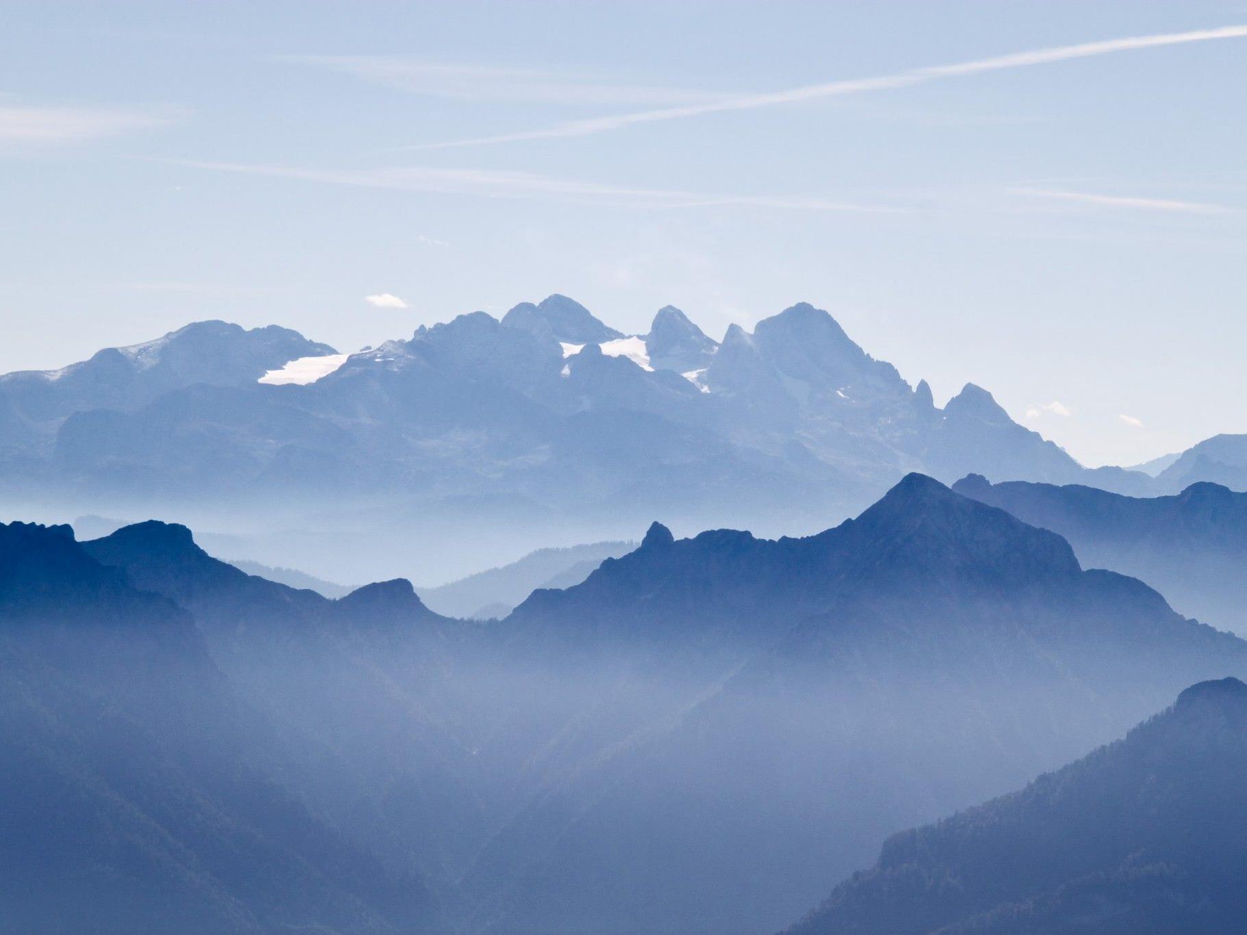 Der 32-jährige Bergsteiger fiel am Dachstein drei Meter tief in die Spalte und landete auf einer Schneebrücke.