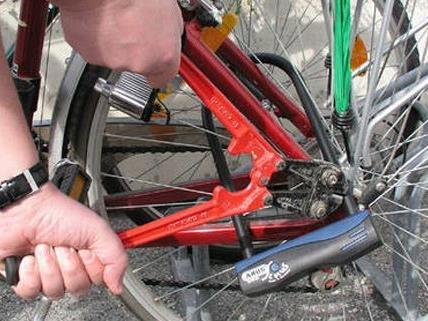 Polizisten erwischten den Mann auf frischer Tat beim Fahrrad-Diebstahl.