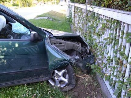Der Pkw wurde schwer beschädigt, der Lenker blieb unverletzt.