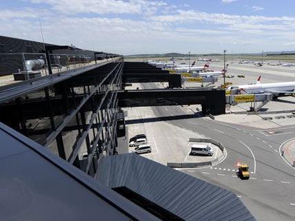 Insgesamt drei Verdächtige wurden in der nacht auf Donnerstag nach einem Einbruch am Flughafen verhaftet.