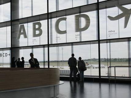 """Im neuen Flughafenterminal werden Reisende bis zum 19. August beraten und bekommen eine Broschüre mit """"Reisetipps""""."""