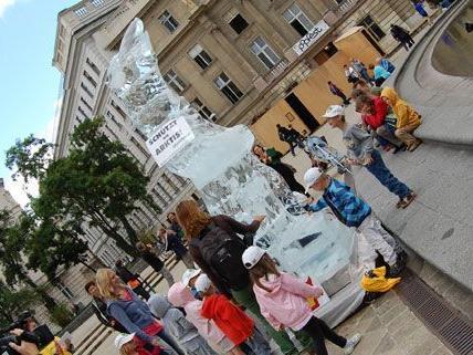 Der schmelzende Eisbär vor der Wiener Karlskirche soll auf die Probleme in der Arktis aufmerksam machen.