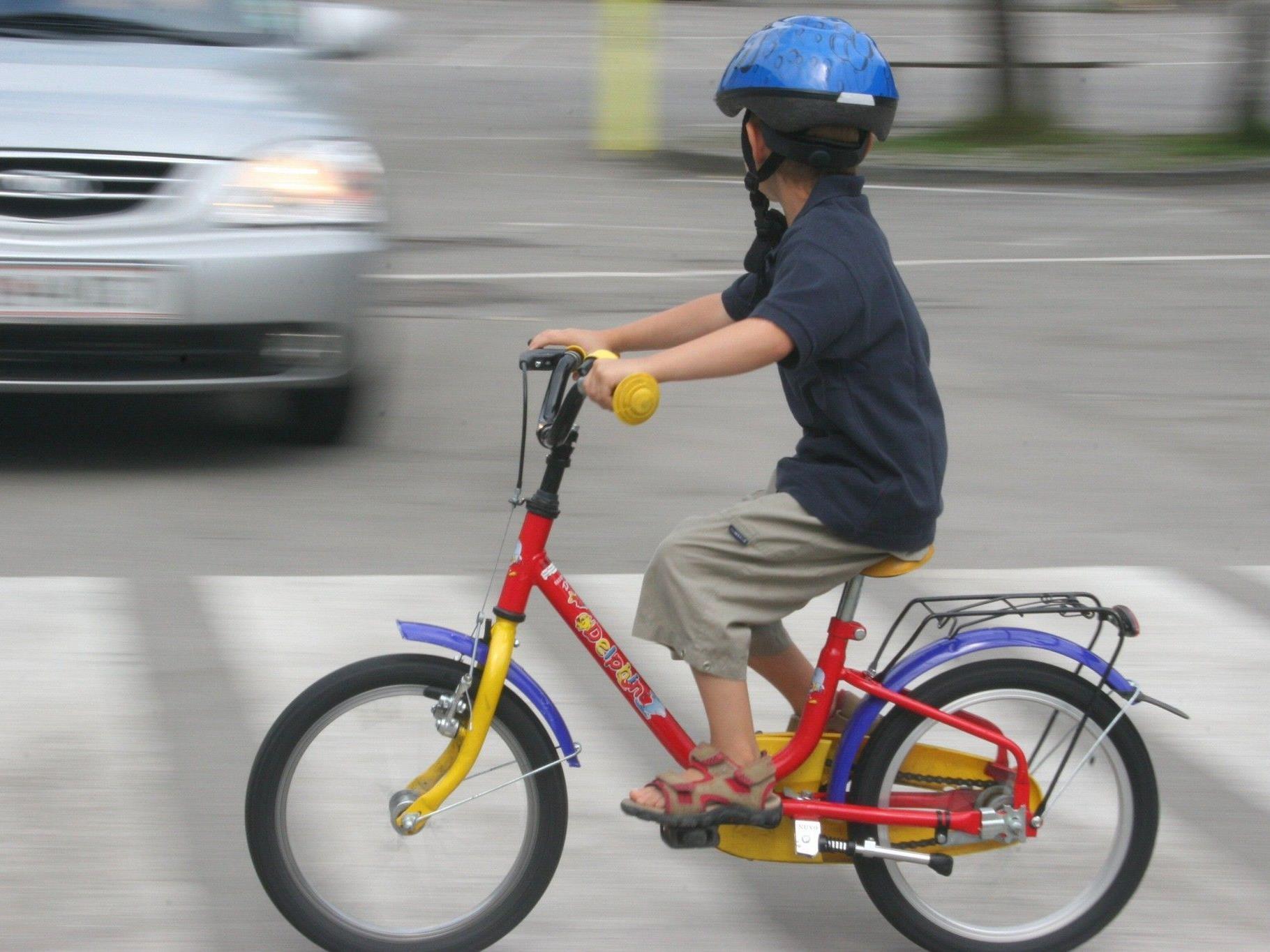 Der 6-Jährige wurde auf die Motorhaube des Autos geschleudert und von dort auf die Straße.