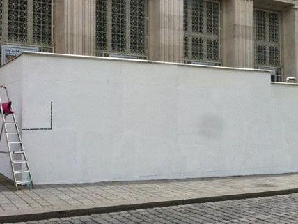 Weiß war die Wand vor dem Kunstforum am Anfang der Aktion, jetzt soll sie bunt beklebt werden.