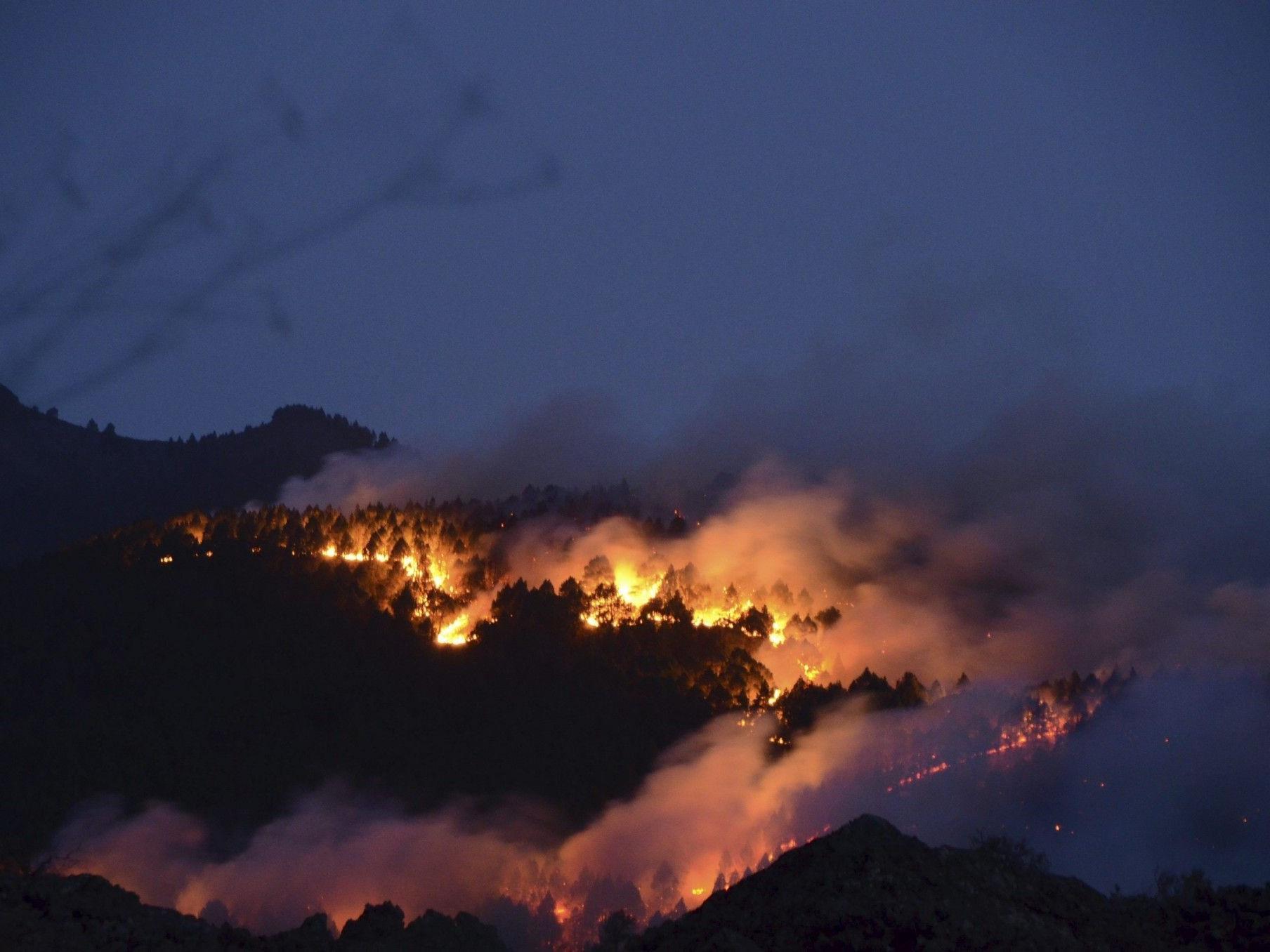 Mehrere Brände auf den Kanarischen Inseln blieben am Dienstag weiter außer Kontrolle.