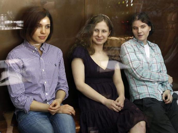 Mitglieder der Punk-Gruppe Pussy Riot Nadezhda Tolokonnikova (L), Yekaterina Samutsevich (R) and Maria Aliokhina