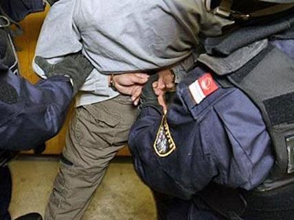 Der junge Mann verletzte einen Polizisten, er wurde festgenommen.