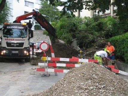 Ein Wasserrohrbruch rief am Samstag in Wien 14 Bauarbeiter und Feuerwehr auf den Plan.