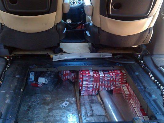 Nach einer Autopanne auf der A 1 bemerkte der Mechaniker den doppelten Boden des Transporters.