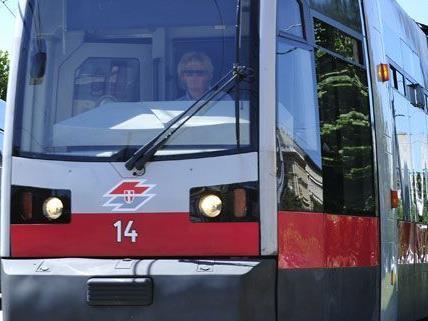 Fußgänger bei Unfall mit Straßenbahn in Favoriten schwer verletzt