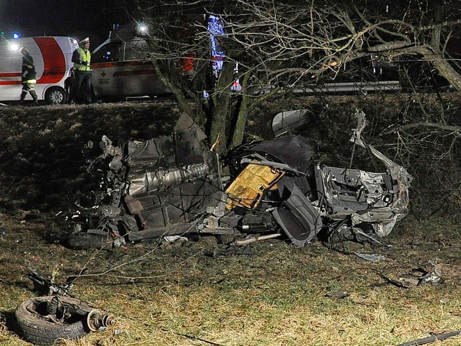 Bei einem schweren Autounfall in Steyregg (Bezirk Urfahr-Umgebung) in Oberšösterreich sind am Freitag, 3. Februar 2012, zwei Menschen ums Leben gekommen und zwei schwer verletzt worden. Im Bild das vöšllig zerstöšrte Cabrio-Wrack am Unfallsort.