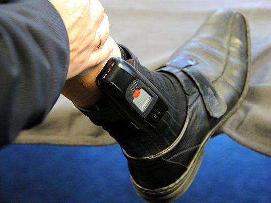 Mit einer elektronischen Fußfessel wird der verurteilte Lehrer in den Hausarrest entlassen