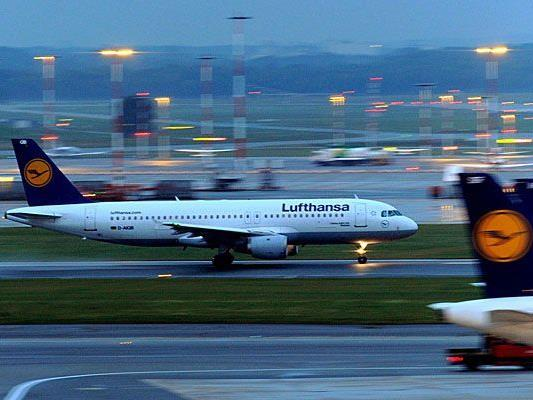 Wegen des Streiks der Lufthansa-Flugbegleiter fallen am Freitag Flüge aus