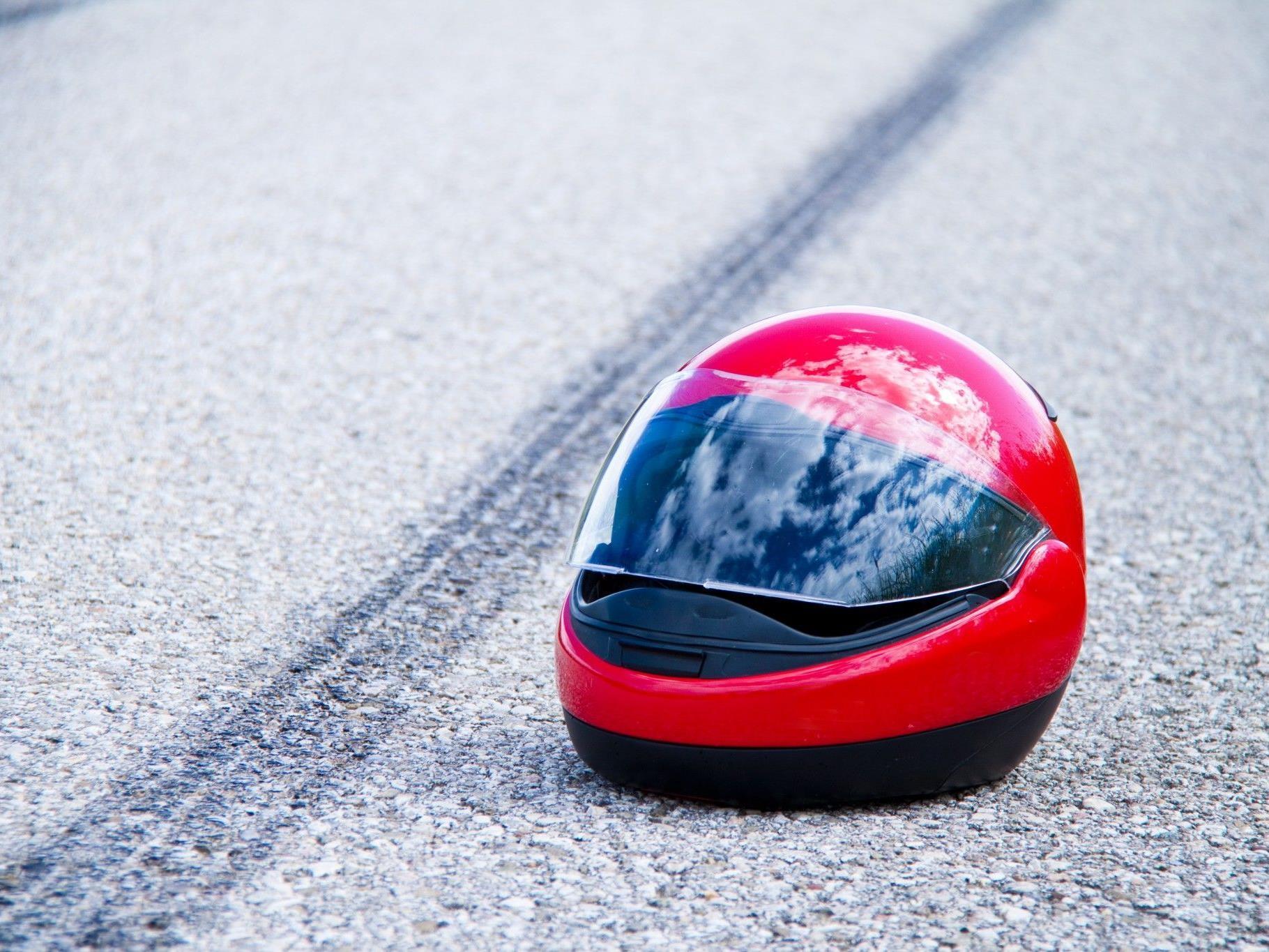 Der 18 Jahre alte Motorradfahrer starb noch an der Unfallstelle.