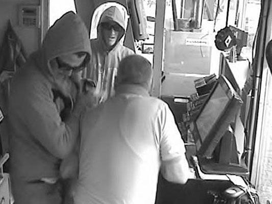 Die beiden Männer beim Überfall auf die Tankstelle in der Felberstraße