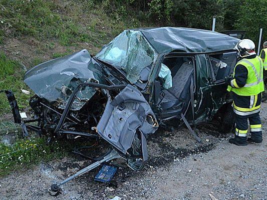 Das Wrack eines der Unfallautos in Weppersdorf (Niederösterreich)
