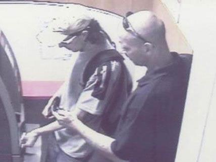 Diese beiden Männer hoben mit der Bankomatkarte der 88-Jährigen mehrmals Geld ab.