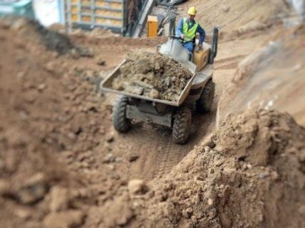 Durch abgerutschte Erdmassen stießen die Bauarbeiter auf die Relikte.