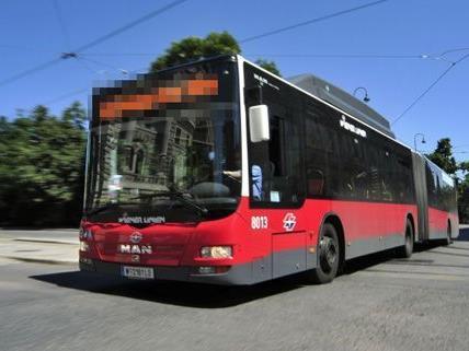 Zwei Frauen wurden bei einer PFefferspray-Attacke in der Buslinie 35 A verletzt.