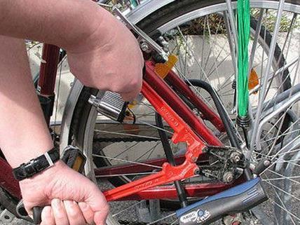 Der Fahrraddieb zwickte nicht nur das Schloss auf, sondern ersetzte auch einen defekten Reifen.